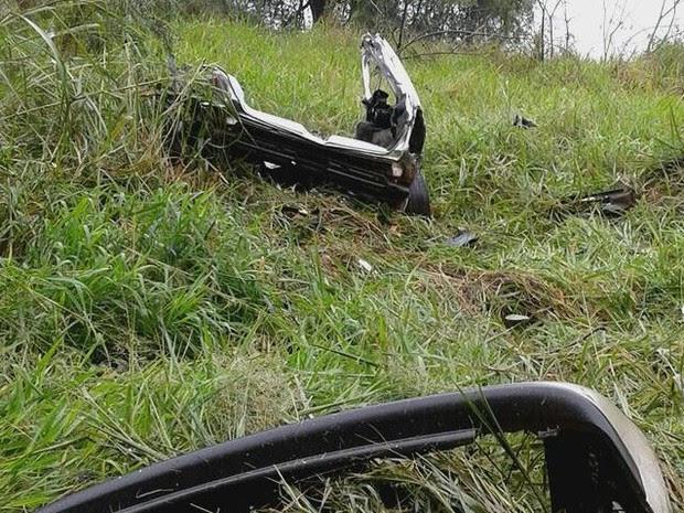 Restante da carroceria foi projetada para fora da pista da BR-282 (Foto: PRF/Divulgação)