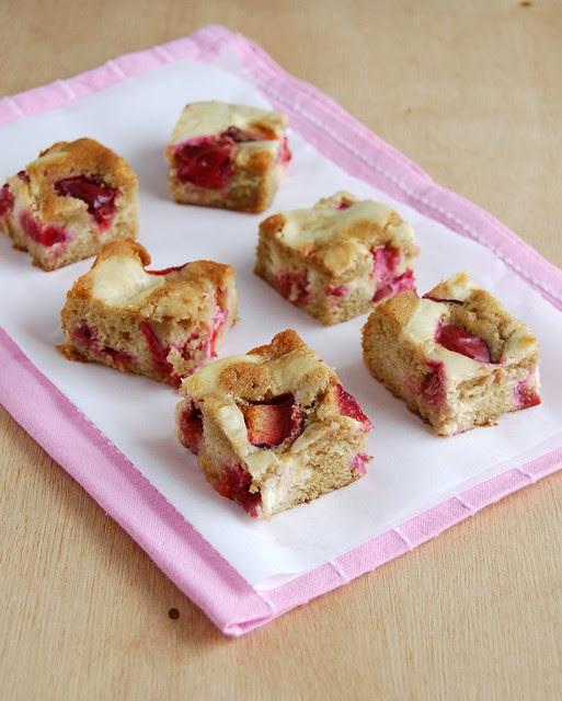 Plum tray bake with a cheesecake ripple / Bolo de ameixa com mesclado de cheesecake