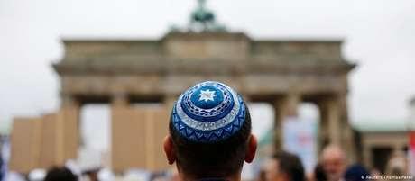 Governo alemão alerta judeus contra uso do quipá