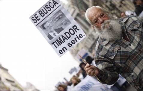 Un manifestante porta un cartel contra la privatización de la sanidad pública madrileña durante la manifestación en Madrid.