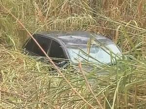 Carro caiu em uma ribanceira de cerca de 5 metros  (Foto: Reprodução / TV TEM)