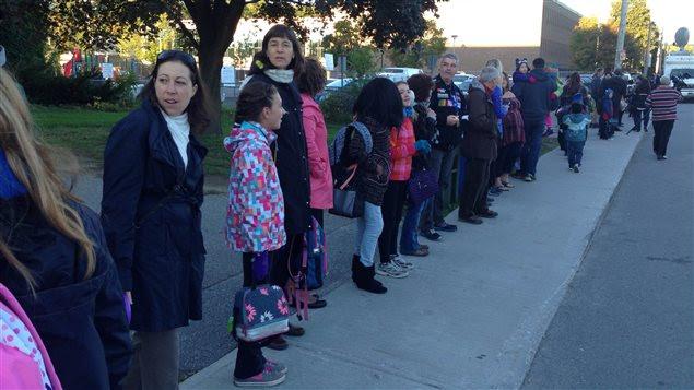 À l'école Saint-Jean-Bosco de Gatineau, une soixantaine de parents ont fait une chaîne humaine.