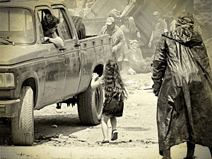 A menina implora para Max não abandoná-la (Foto: Avenida Brasil/ TV Globo)