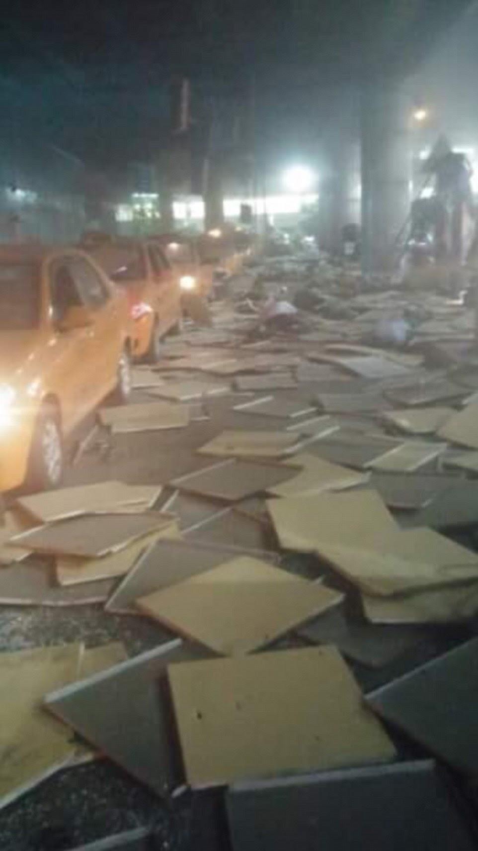 As primeiras imagens a emergir da cena show de detritos, incluindo o que parece ser telhas do teto, espalhados ao longo táxis fazem fila no aeroporto