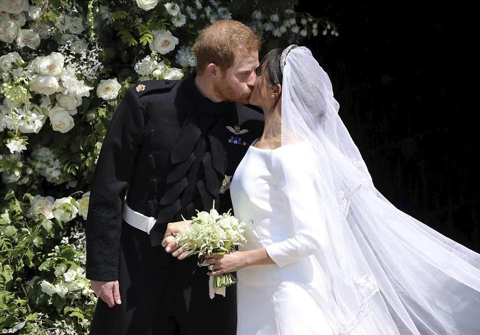 Harry y Meghan comparten su primer beso como marido y mujer cuando abandonan la capilla de San Jorge después de la boda