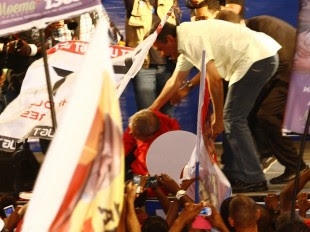 O ex-presidente Luiz Inácio Lula da Silva se desequilibrou e cai no palco durante comício do candidato do PT em Salvador