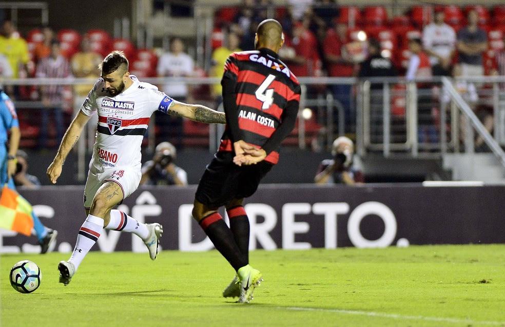 Pratto arrisca chute a gol contra o Vitória, no Morumbi (Foto: Marcos Ribolli)