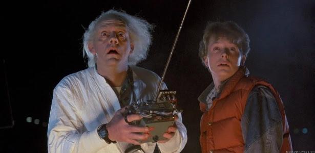 """Cena do filme """"De Volta para o Futuro"""", em que um adolescente vivido por Michael J. Fox viaja no tempo, graças à invenção do cientista interpretado por Christopher Lloyd"""