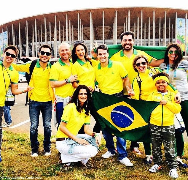 Equipe própria: The 33-year-old foi acompanhado por um grupo gigante de amigos que todos usavam camisas da equipe Brasil e fez questão de posar fora do estádio