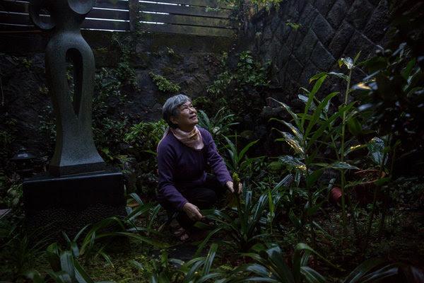 郭素珍正在台北料理她的花園。她的父親於1952年台灣政治壓迫期間被處決。
