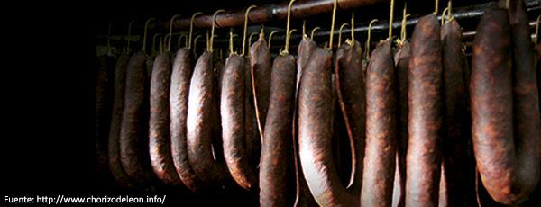 Chorizos de León en bodegas, colgados en varales, frescos y a oscuras