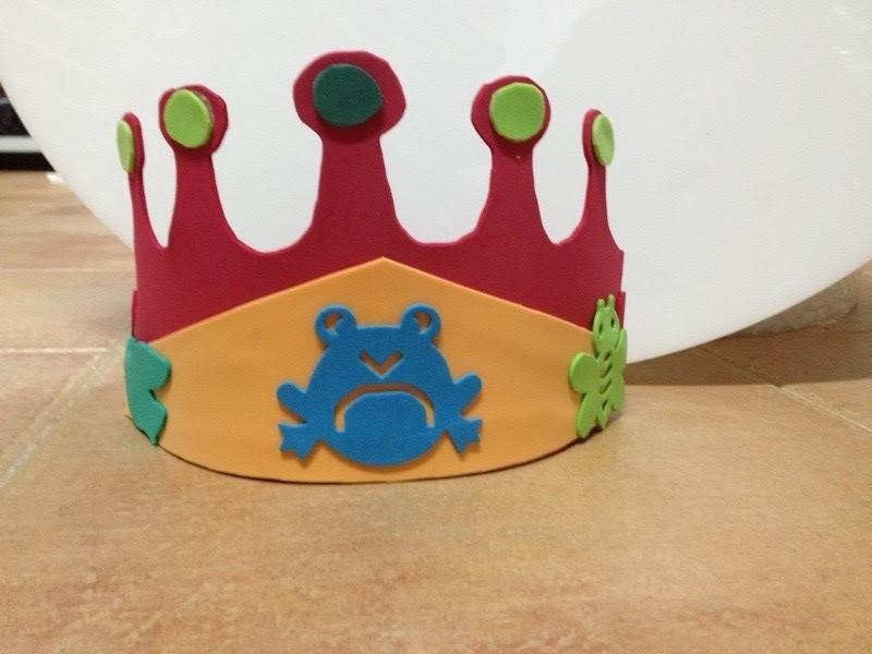 corona de goma eva para niño terminada para una fiesta infantil