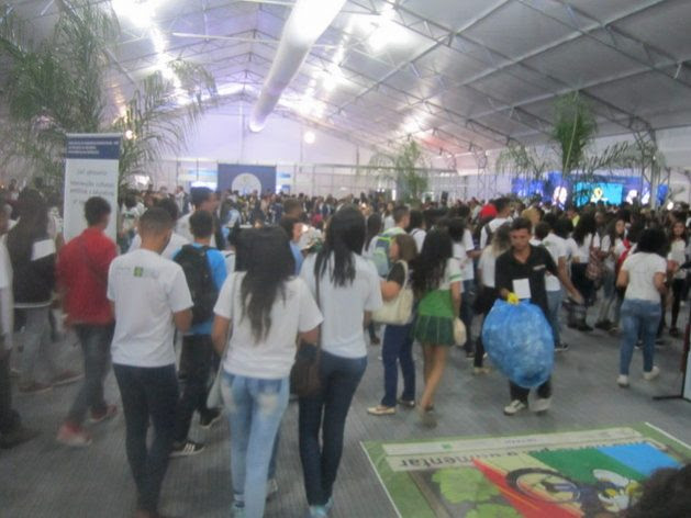 A crowd, mainly of students, has filled the Citizen Village, the building where the new generations are educated in environmental and water issues, with cinema, facilities, toys and talks, every day during the 8th World Water Forum, held Mar. 18-23 in Brasilia. Credit: Mario Osava / IPS