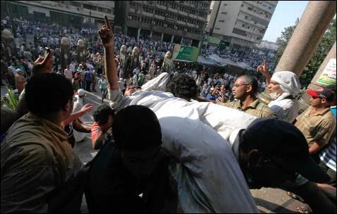 Uno de los partidadarios del derrocado presidente egipcio, Mohamed Mursi, herido junto a la mezquita de la plaza Ramses en El Cairo.