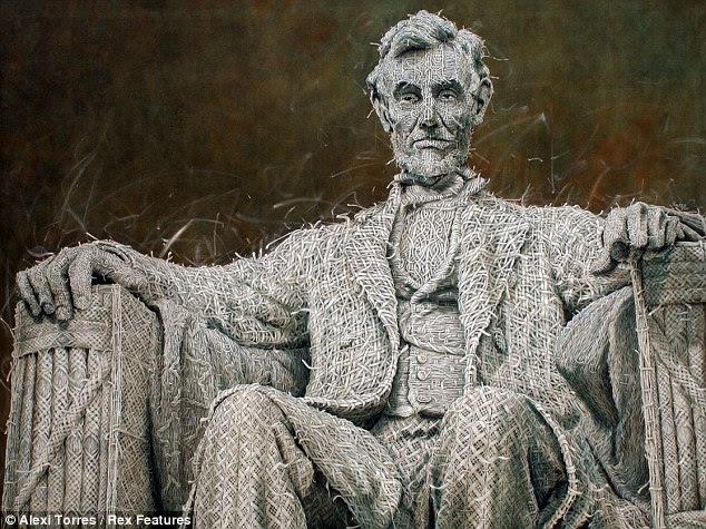 Um ponto a tempo: Alexi Torres pinta cuidadosamente a estátua 1920 de Abraham Lincoln como se ele é feito de fios