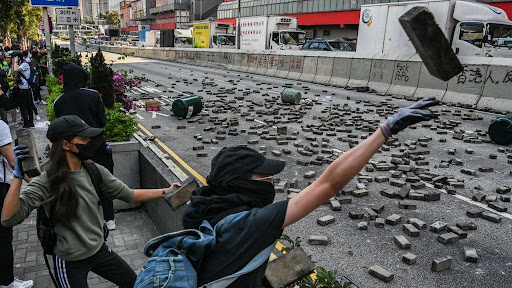 Hong Kong protests: Man dies after being hit 'by hard object' during protests зурган илэрцүүд