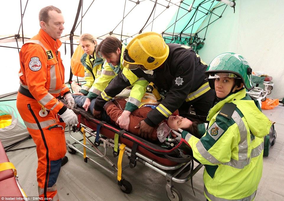 αντιμετώπισης καταστάσεων έκτακτης ανάγκης: Οι εργαζόμενοι από έναν αριθμό διαφορετικών οργανισμών είναι δει εργάζονται από κοινού για την αντιμετώπιση ενός ατυχήματος που ανακτώνται από τη σκηνή