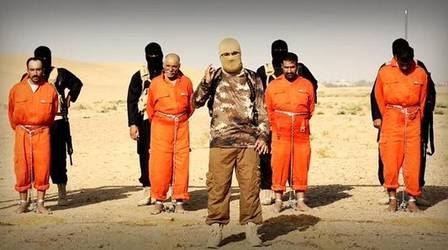 Militantes aparecem no vídeo antes de executar os prisioneiros