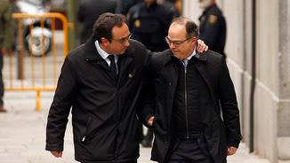 El diputat de Junts per Catalunya Josep Rull agafa per l'espatlla el candidat a la investidura i també diputat de JxCat Jordi Turull abans d'entrar a la seu del Tribunal Suprem. Imatge del 23 de març