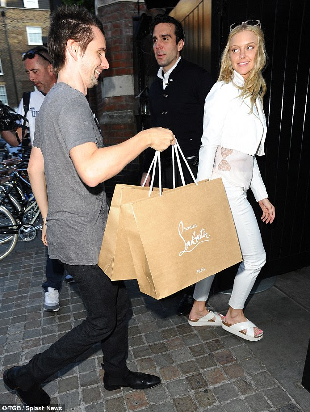 What a gent! Even as they entered the building she simply flashed him an approving look while empty-handed on her left side. Still, Matthew didn't seem to make a big deal out of it - and politely smiled, instead
