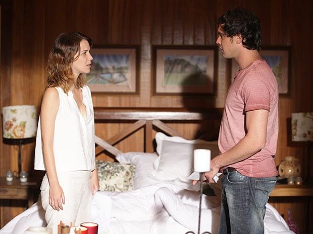 Caíque volta ao quarto para conversar com Laura (Foto: TV Globo)