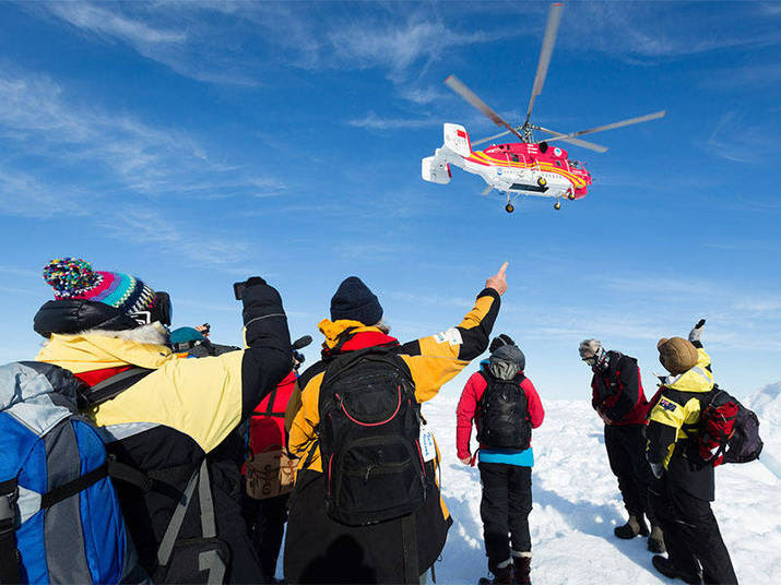 Um helicóptero chinês iniciou nesta quinta-feira (2) as operações de retirada dos passageiros de um barco russo bloqueado há mais de uma semana na Antártida. Todos eles já estão a bordo de uma embarcação  australiana.'O helicóptero chinês chegou a Shokalskiy', anunciou no Twitter Chris Turney, comandante da expedição.'Vamos embora. Um grande agradecimento a todos', completou Turney, que  divulgou um vídeo que mostra o helicóptero chinês voando do quebra-gelos  Xue até uma pista de pouso marcada ao lado do navio russo