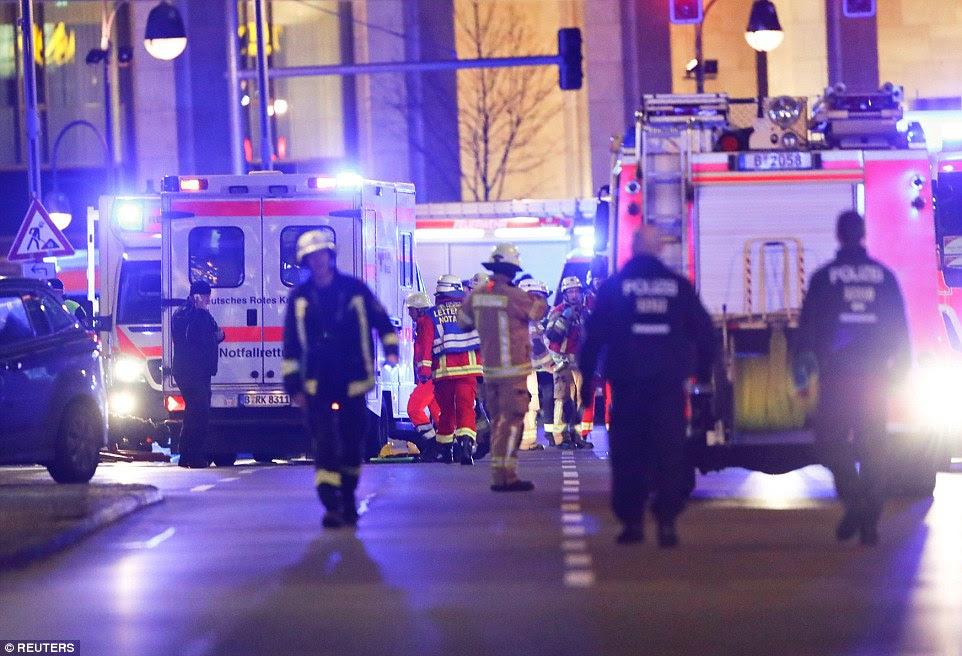 Policiais, bombeiros e paramédicos correram para a cena do incidente em Berlim como um esforço de resgate teve início