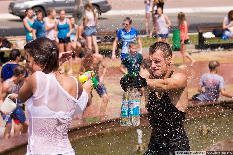 Участники водного батла брызгают друг друга водой