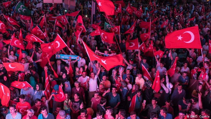 Demonstranten mit türkischen Flaggen