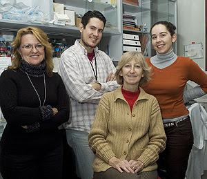 Ángeles García Pardo, sentada en el centro de la imagen junto a otros miembros de su laboratorio (Foto: CSIC)