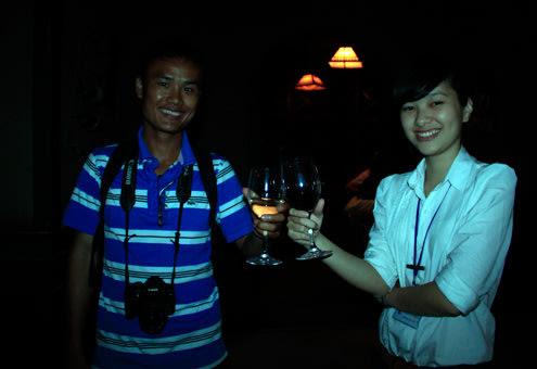 Khách vào tham quan hầm rượu sẽ được thưởng thức rượu vang do nhân viên phục vụ tận tình.