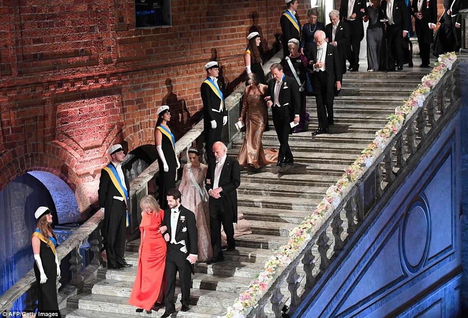 Laureados e Reais suecos chegam para o Banquete Nobel de 2017 para os laureados em medicina, química, física, literatura e economia em Estocolmo