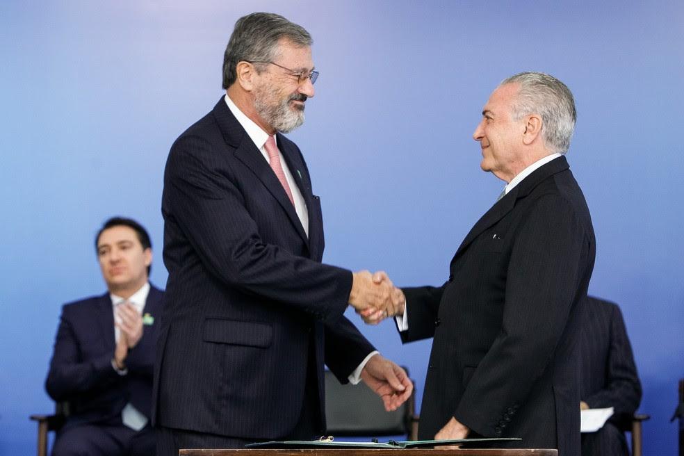 O novo ministro da Justiça, Torquato Jardim (esq.), e o presidente Michel Temer (dir.), quando Jardim assumiu o Ministério da Transparência, no ano passado (Foto:  Beto Barata/PR)