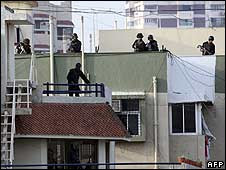 Commandos prepare to attack militants from the rooftop of Chabad House in Mumbai
