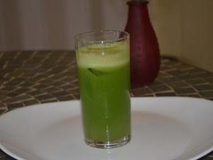 Suco desintoxicante pós-refeição, feito com frutas e vegetais (Foto: John Pacheco/G1)