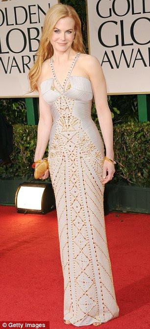 O que é uma maneira de fazer uma entrada: A atriz de 36 anos de idade, parecia incrível no vestido mergulhando que ostentava uma divisão coxa alta, enquanto Nicole Kidman optou por um vestido off-white equipado com detalhes metálicos de ouro