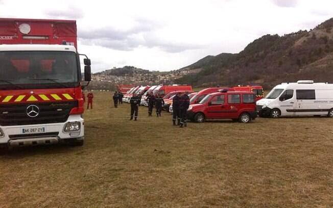 Equipes de resgate esperam para atender vítimas do acidente aéreo na França. Foto: Reprodução/Twitter