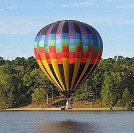 Globo de aire caliente perteneciente a Bob Redinger a punto de aterrizar en un lago en Texas
