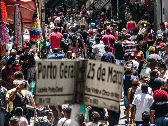 Movimento na Rua 25 de Março e Ladeira Porto Geral, em SP, no último fim de semana antes do Natal . Foto Paulo Pinto/FotosPublicas
