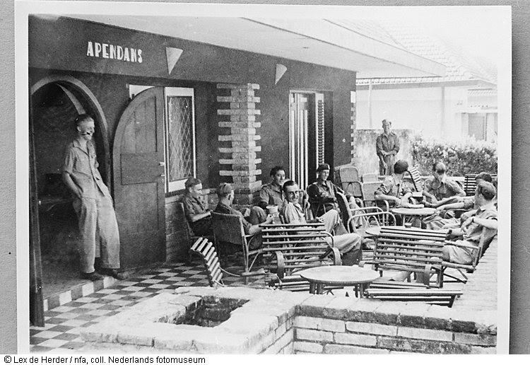 Dakterras van kantine 'De Apendans' in Malang, Indonesië (1950)