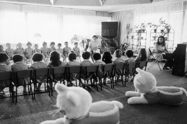 Πιανίστα παραδίδει μάθημα μουσικής σε παιδιά προσχολικής ηλικίας, σε παιδικό σταθμό της ΕΣΣΔ