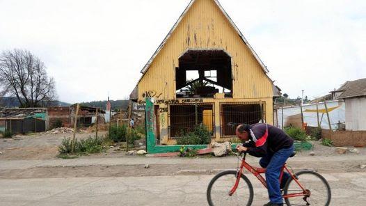 CHILE. Habitantes de Constitución corren hacia los cerros por temor al tsunami, después de un teblor de 7° que afectó la zona centro sur. (AFP)