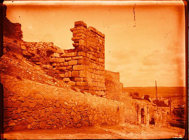 Puerta de Doce Cantos al ser restaurada en 1929. Fotografía de Pedro Román Martínez © Fondo Rodríguez. Archivo Histórico Provincial. Signatura R-143-1-07