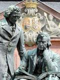 Monumento a los hermanos Grimm delante de la municipalidad de Hanau