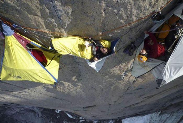 Para Pemanjat Yang Camping Di Tebing