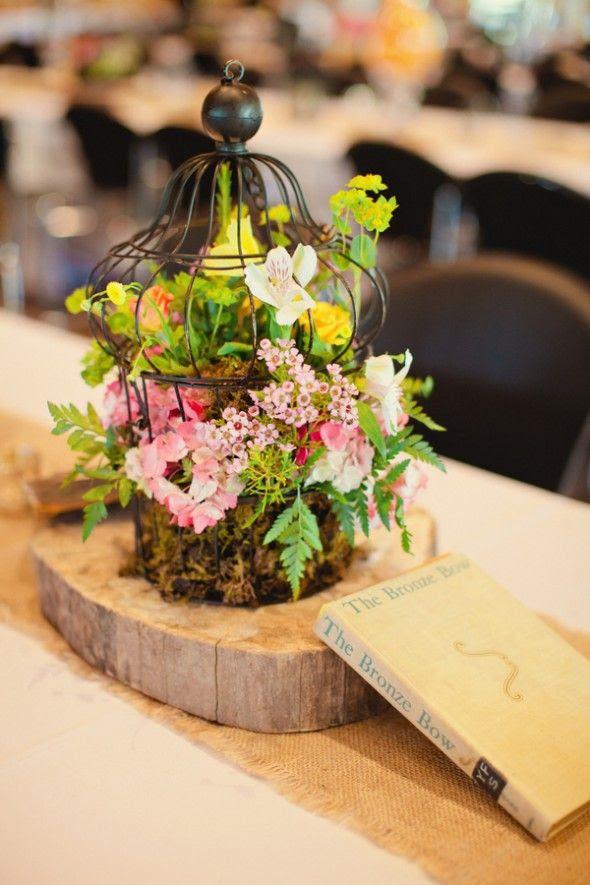 eine Rustikale vintage-Rahmen auf eine hölzerne Scheibe, die mit Moos, laub und rosa Blüten für eine Wald-Hochzeit
