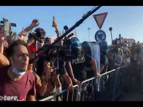 Mondragone,così militanti e cittadini hanno contestato Salvini