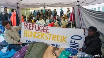 پناهجویان از روز شنبه زیر این چادرها دست به تحصن و اعتصاب غذا زدهاند