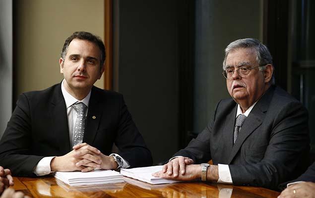 O advogado Antônio Claudio Mariz de Oliveira entrega a defesa de Michel Temer ao presidente da CCJ, Rodrigo Pacheco, em Brasília