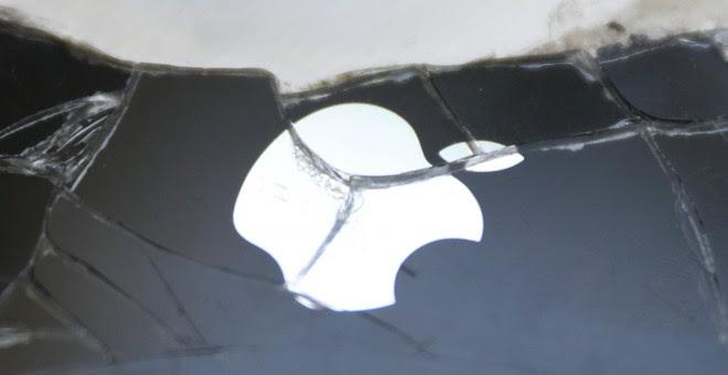 La pantalla partida de un i-Phone fractura el icono de la manzana de Apple.REUTERS/Dado Ruvic